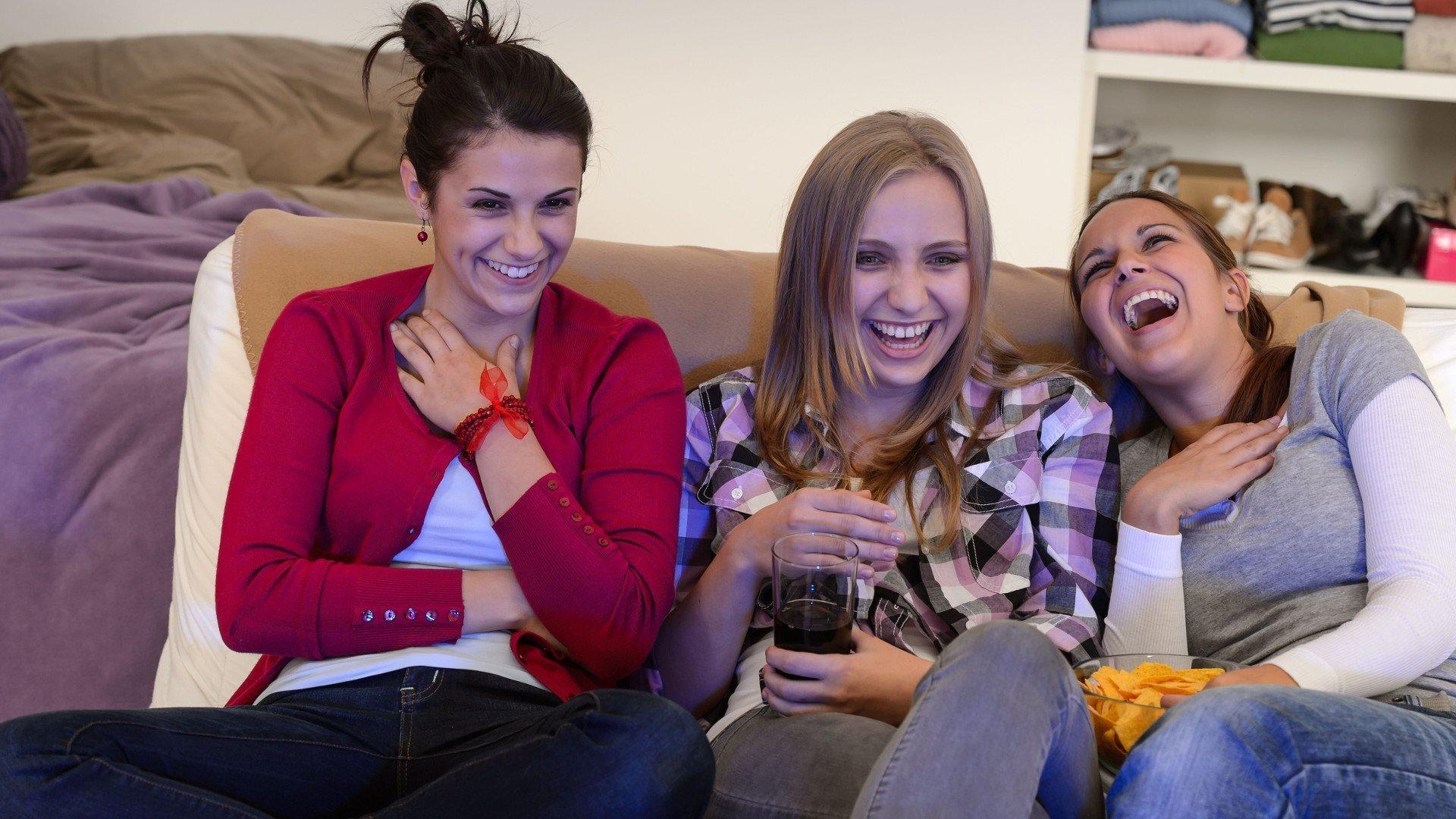 SPOT Jongeren kijken liever tv en luisteren muziek